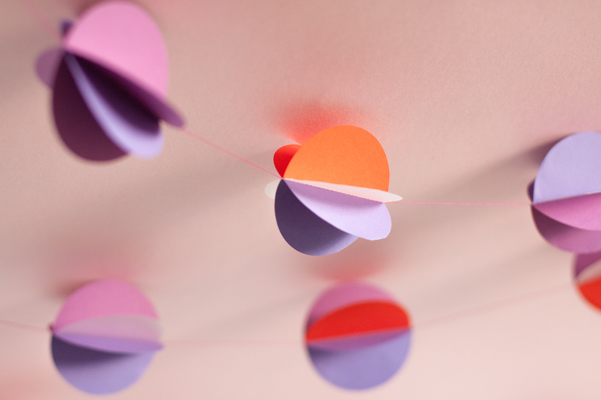 3D paper circle garland - Some pretty paper and a thread is all it takes... - www.yeswemadethis.com