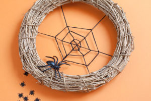 Last-minute Halloween wreath - Pressed with time for Halloween deco? This spiderweb wreath can be made in half an hour! - www.yeswemadethis.com