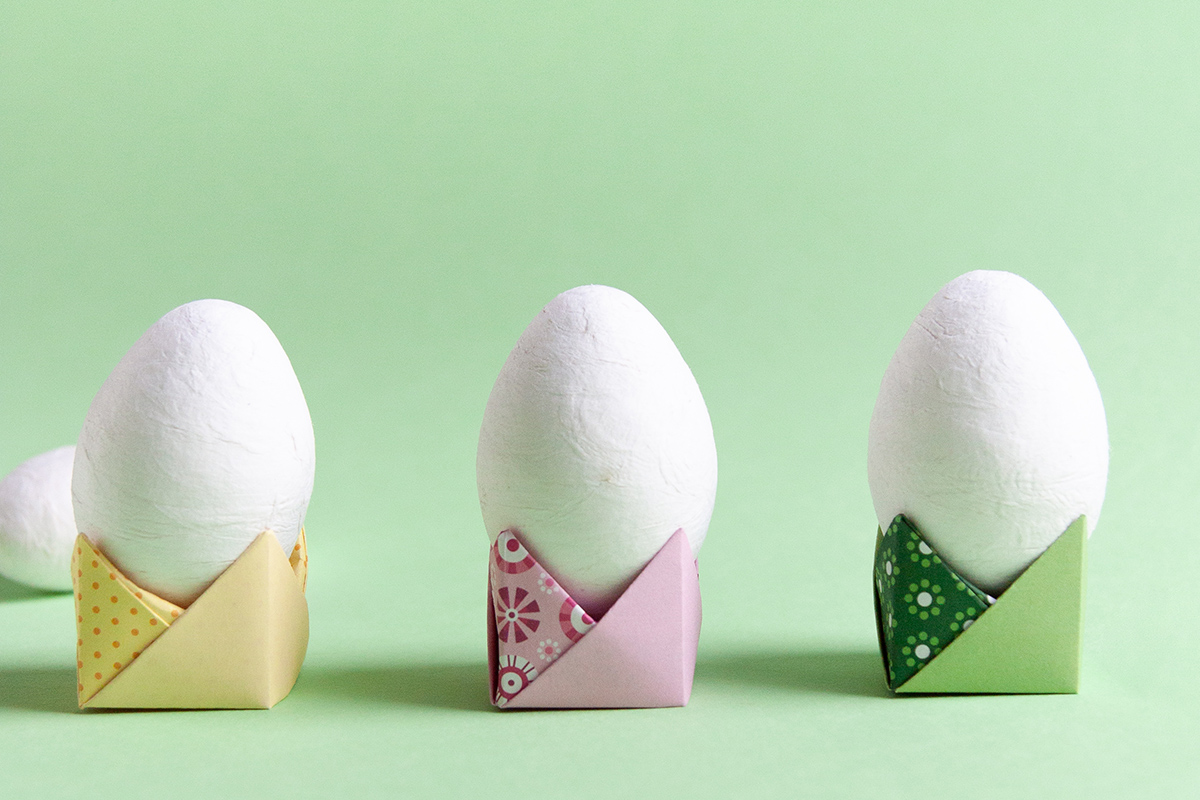 Origami Easter egg stand - DIY paper Easter egg holder with folding instructions - www.yeswemadethis.com