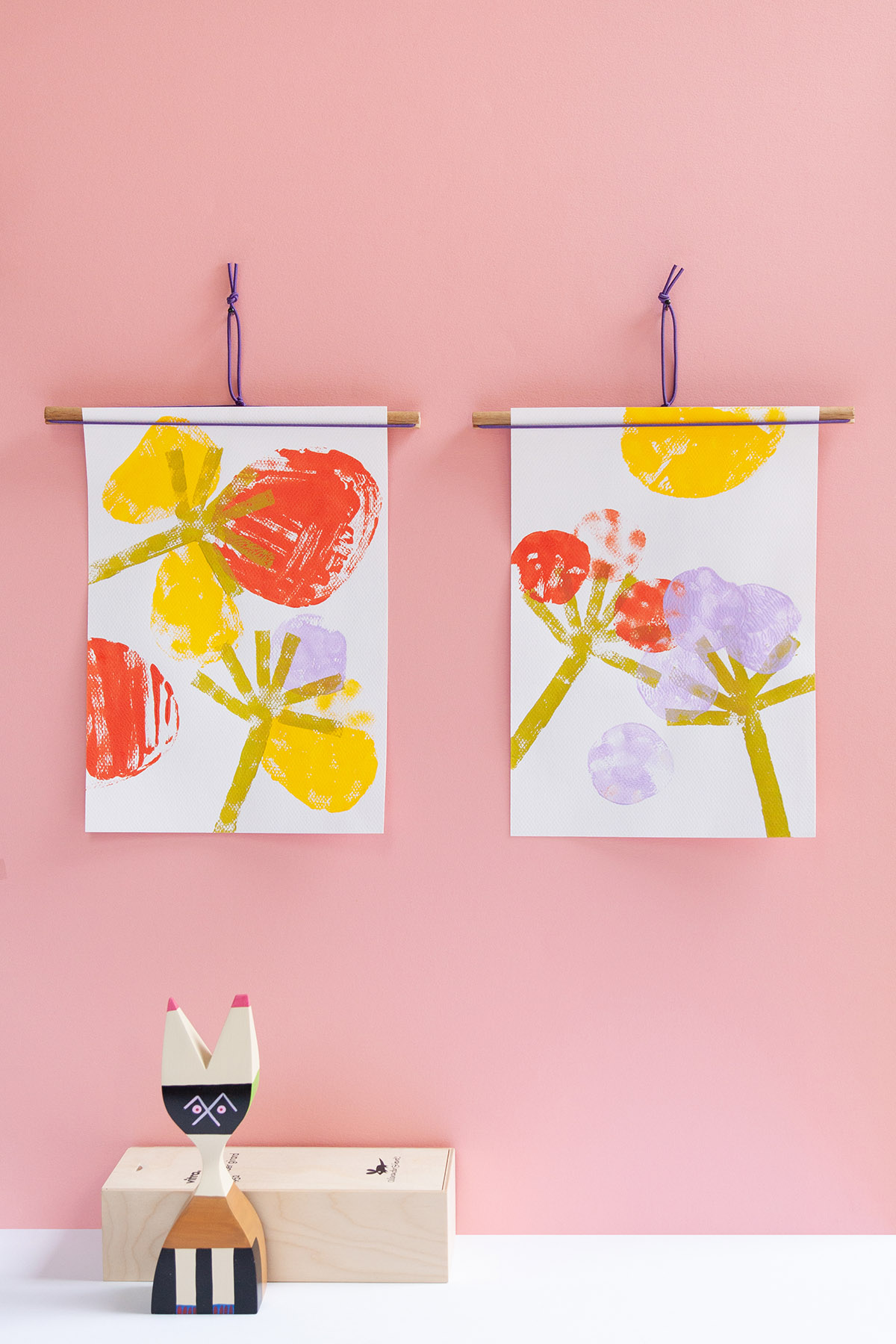 DIY Artwork Display - Learn how to make an easy hanging art display. - www.yeswemadethis.com